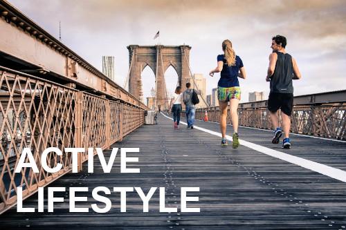 Due persone che corrono sul ponte di Brooklyn